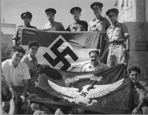 """Молодые еврейские бойцы с флагами, найденными в """"немецкой колонии"""" Иерусалима"""