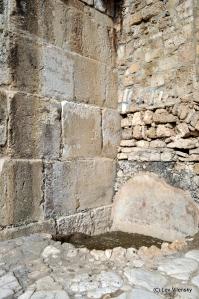 Стык турецкой стены (справа) и иудейской кладки южной стены
