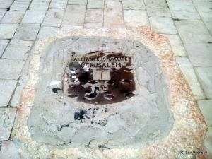 Крышка люка на месте колодца в Батей-Ранд